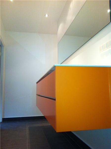 Badkamer met oranje badkamer meubel