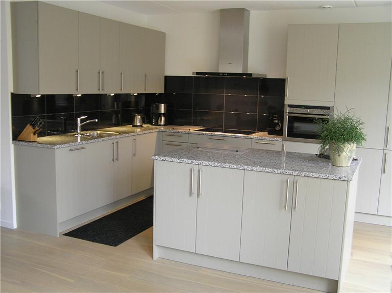 Systemat keuken in kiezelgrijs met granieten werkblad - Keuken met granieten werkblad ...