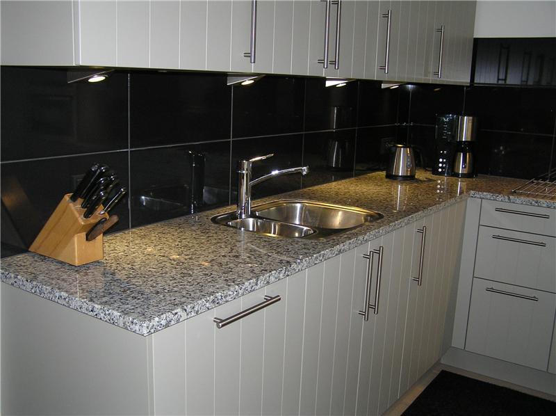 Systemat keuken in kiezelgrijs met granieten werkblad