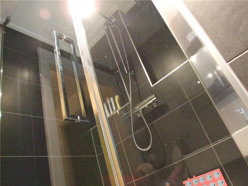 Luxe badkamer met antraciet tegels