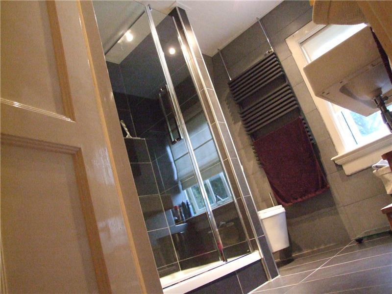 Luxe badkamer met antraciet tegels - Moderne italiaanse douche ...