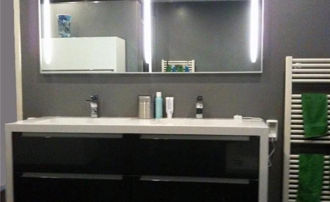 Moderne badkamer met gestukadoorde muren en tegels - Mode badkamer ...