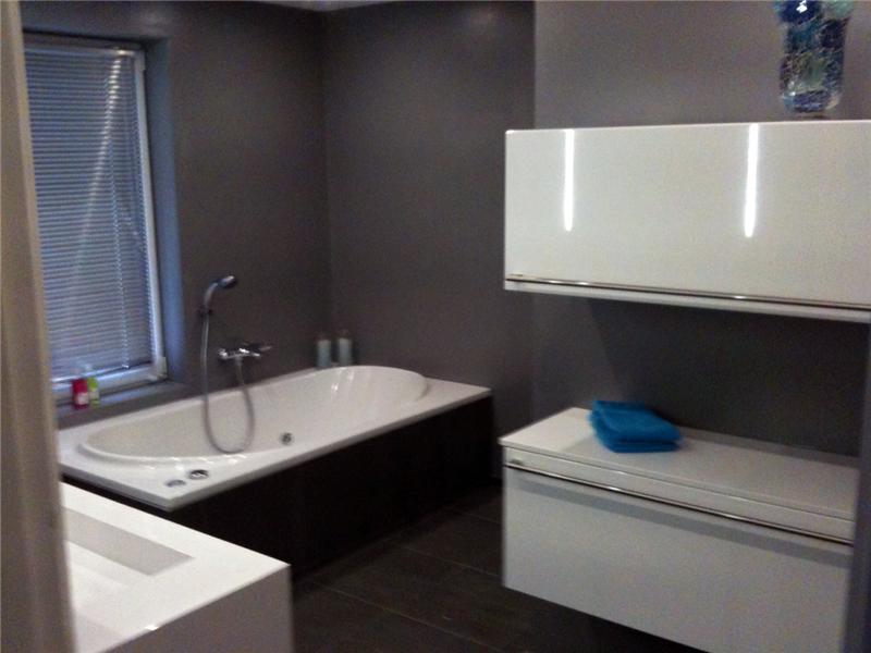Strak Landelijke Badkamer ~ Moderne badkamer met gestukadoorde muren en tegels