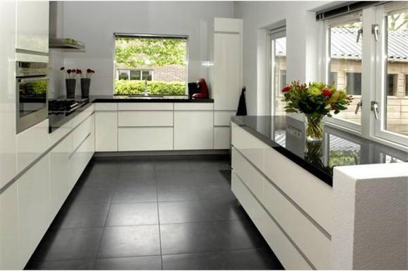 Zwart Witte Tegels Keuken : Ennovy witte hoogglans keuken uit de showroom en geplaatst bij de