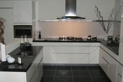 Kosten Renovatie Huis Berekenen Witte Keuken Met Zwart Blad