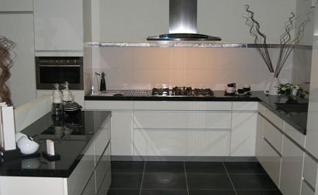 Strak Keuken Tegels : Ennovy witte hoogglans keuken uit de showroom en geplaatst bij de