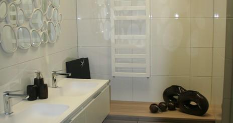 Moderne badkamer wit met taupe - Moderne badkamer meubels ...